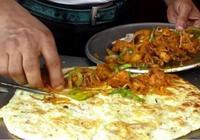 中國小夥去印度旅遊,買了一張餅沒吃就扔了,當地人:我們都不吃