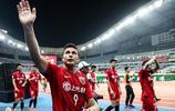 上海上港隊員賽後肩並肩謝場 球迷舉國旗歡呼慶祝大勝