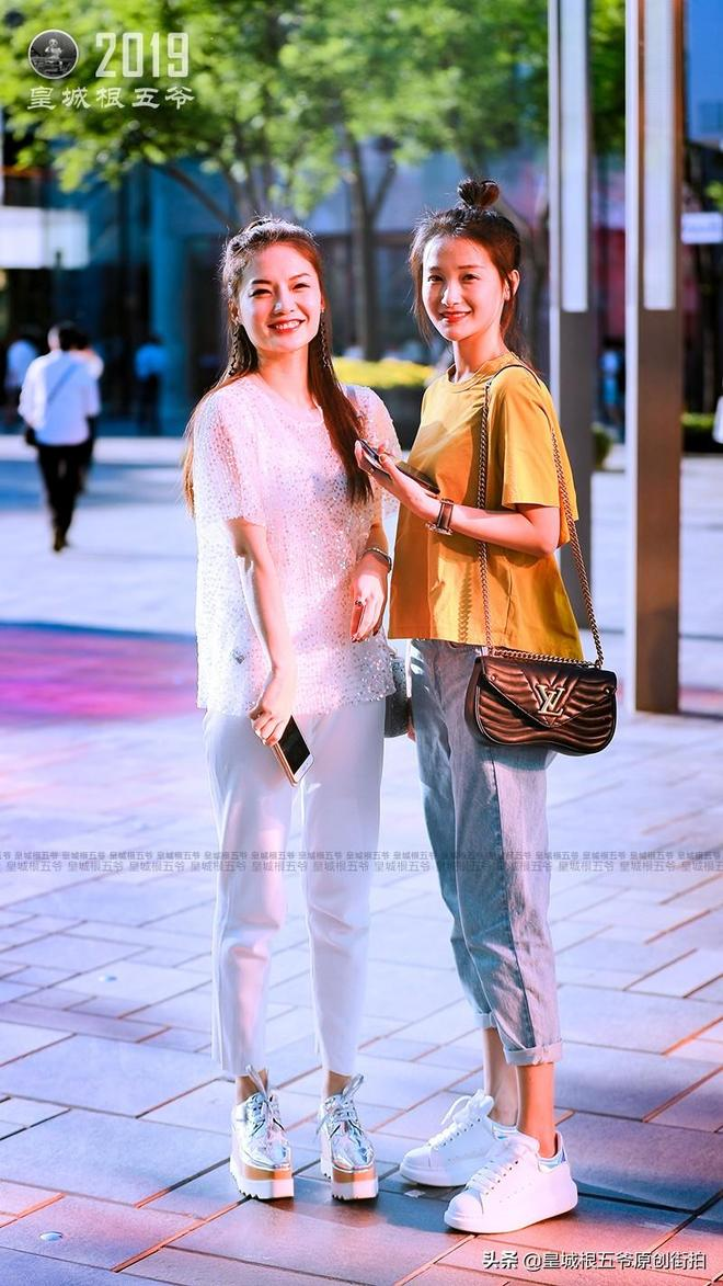街拍達人日常出街穿搭休閒舒適又有範兒,時尚的女人永遠美麗