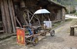 孤寡老人用木頭竹塊造出汽車,上街行駛吸引眾多市民圍觀點贊