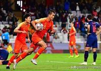 3分鐘2球國足成功晉級8強,最該感謝一人,是他盤活了前場的進攻