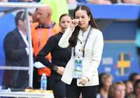 華裔美女經理紅遍女足世界盃:顏值逆天一哭成名 53歲容顏仍不老