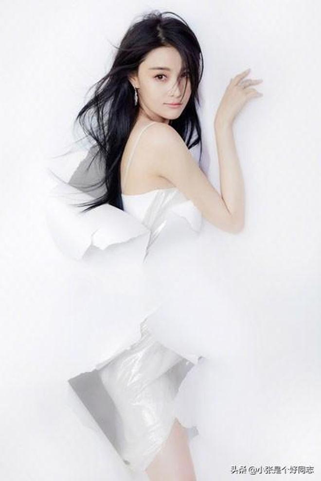 張馨予長髮飄飄化身白色妖姬,膚白腿長,你們有沒有被撩到呢?