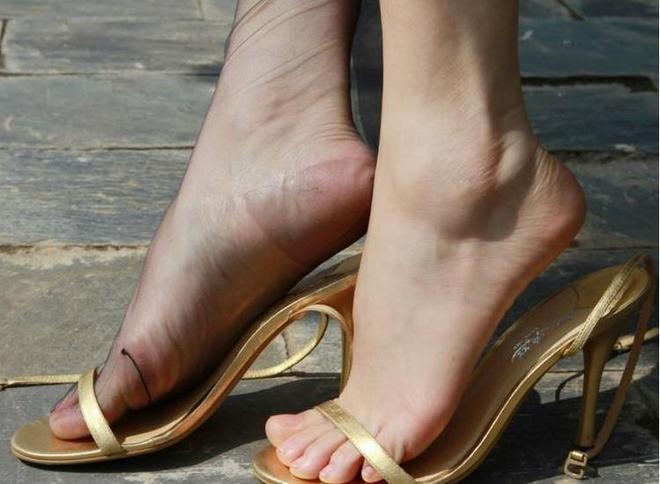 四月到了,學女神這樣穿,高跟鞋+絲襪,顯高遮肉人誇美