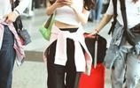 楊冪現身機場,身穿露臍上衣大秀小蠻腰,背部線條也太美了吧?