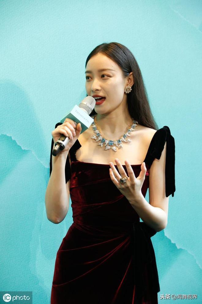 馮紹峰前女友倪妮時尚顏值爆表,出席活動戴高貴飾品露鎖骨女神範