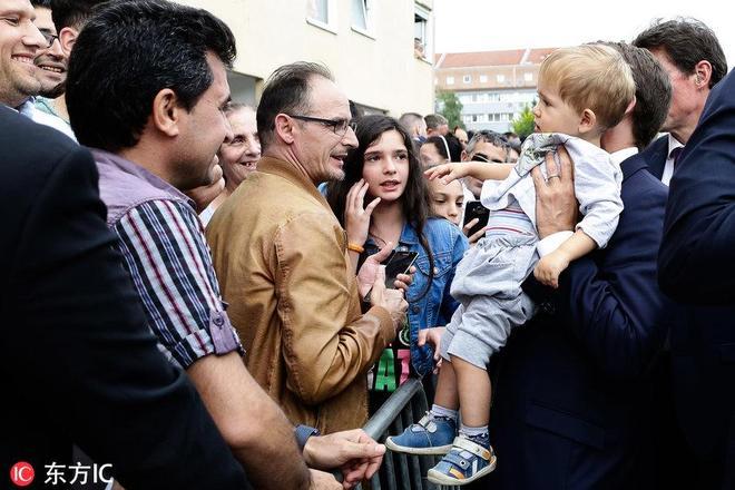 法國帥總統馬克龍走訪地方人氣爆棚 抱萌娃滿眼父愛