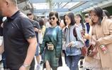 不老女神趙雅芝現身上海機場,吸引眾多影迷圍觀拍照