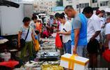 """早市海鮮攤位上 肥碩的""""海中牛奶""""10塊錢二斤半 不動手吃法則要8塊錢一斤"""