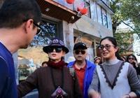 李亞鵬雲南街頭偶遇楊麗萍,引路人圍觀,上演驚喜回憶殺!