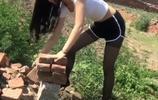 22歲農村美女穿短褲搬磚,意外發現一條黑乎乎大貨,欣喜若狂!