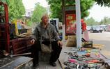 七旬農村大爺集市擺攤賣農具,午飯吃饃喝開水,有件發愁事在心頭