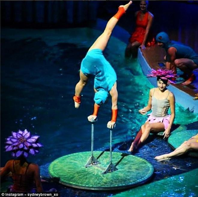 """在郵輪上,Sydney會出演兩部""""戲劇"""",一部主要是水中雜技表演,另一部則融合了喜劇和跳水錶演"""