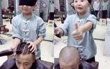 男孩從小在理髮店長大,4歲便可矇眼剃頭,最受廣場舞大媽歡迎