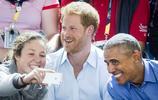民眾拿手機和王室合影,凱特揮手配合,93歲女王只微笑卻忘看鏡頭