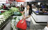 14歲高顏值女孩幫媽媽擺攤賺錢,小小年紀承擔太多了不起的責任
