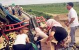 大貨車翻車,貨物被附近村民一搶而空,唯獨這次沒人敢搶