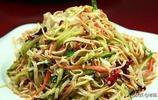 總看東北人冬天在炕上吃飯,他們到底吃的啥菜呢?瞅著可挺香