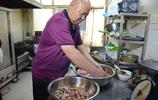 河南六旬老人做鄉村傳統扣碗,一碗二十五塊錢,一天賣出上百碗