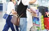 閆妮素顏現機場,46歲穿16的衣服,網友:這是真嫩不是裝嫩