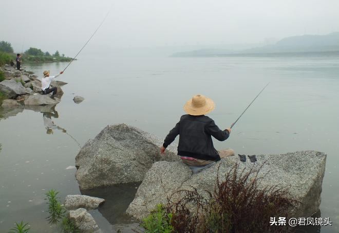 攝影:長江三峽美景如畫釣魚者悠閒垂釣