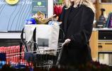 麥莉·賽勒斯洛杉磯購物,黑色夾克搭配灰褲,低調穿搭文靜優雅