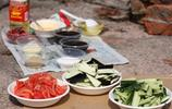 大學生週末去野炊,還做了一大桌菜呢,看看他們玩的多開心