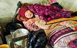 皖北92歲奶奶患病臥床,與家狗同居一室相依為命,畫面看著心酸