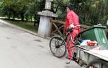 實拍:西安一小區保潔大叔拉著三個垃圾桶推著三輪車清掃衛生
