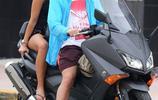 女友月月換的足球浪子,這次又騎著小電驢帶新女友兜風