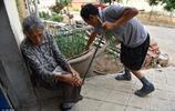 50歲殘疾男子照顧86歲老母親23年無怨悔,經常偷偷往娘碗裡放東西