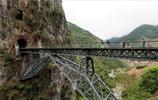 這座橋懸掛於高山之中,已有百年曆史,膽小的司機都不敢過