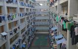 深圳某工廠宿舍,工人的衣服一排排的懸掛在門口晾晒,別有風景
