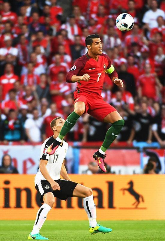 現役國際足球運動員中,頭球最好的是誰?