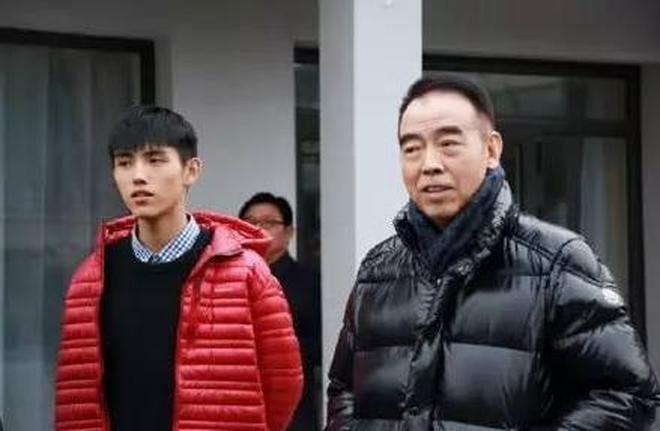 49歲陳紅與帥氣兒子素顏生活照,身材臃腫成大媽,兒子出道容易