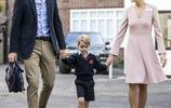 威廉王子帶喬治小王子上幼兒園,喬治的表情萌化了,小眼神很幽怨