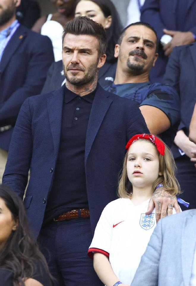 44歲貝克漢姆帶小七看球,父女倆同款鼻子超可愛,系紅頭巾更出彩