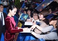 章子怡日本現身受追捧,穿酒紅色收腰裙大秀身材,瞬間美回20歲