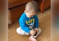 寶寶反拿鞋子穿鞋怎麼也穿不上,跟媽媽告狀說腳不聽話,太可愛了