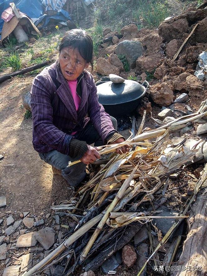 窮家難離故土難捨  貧困戶大媽搬遷後時不時回拆除的老宅逗留幾天