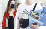蔡徐坤前隊友戴景耀穿卡通白T清爽現身機場,獲粉絲送花人氣不錯