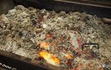 10元一盤烤大蝦有5只,超大的炭火爐子直接燒烤,這吃法太豪邁了