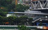 重慶這座大橋很忙碌,上通汽車,下穿國家級文保單位