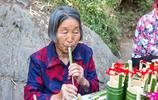 河南小康村72歲老太家有小樓不住 沒文化卻能雕會畫 成景區網紅