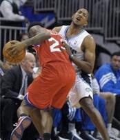 籃球規則:籃球沉肩撞人圖解