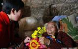 95歲老人病倒後哭喊:我走了我兒子咋辦?老人照顧智障兒子59年了