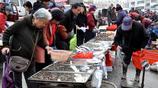 青島早市海鮮銷售淡季 蠣蝦剝殼賣蝦仁一斤45元 海蔘價漲一斤110