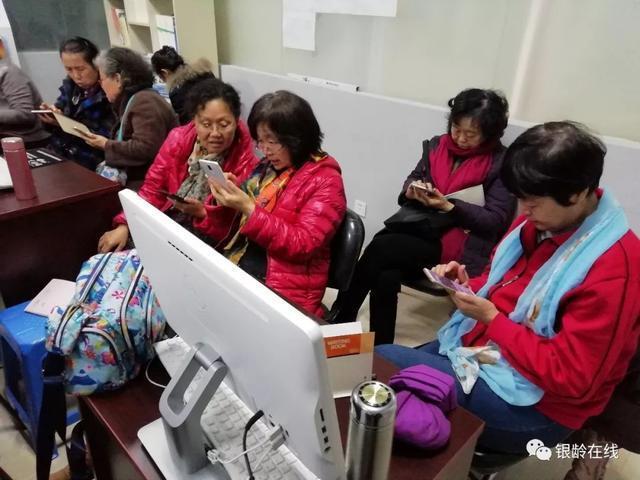 """E學堂冬季班開課啦!助社區老年人""""玩轉""""智能手機"""