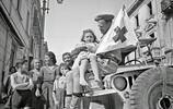 二戰老照片:英軍笑著上前線,加拿大士兵從歐洲帶回2萬多個孩子