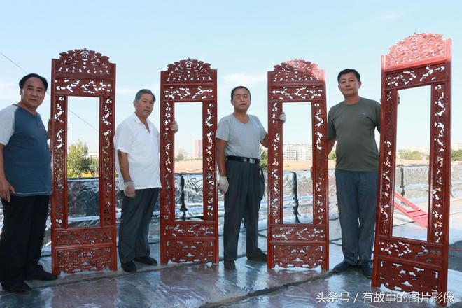 歷時5個月,他們手工雕刻出了長達9米上面刻有雙龍戲珠的屏風